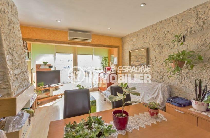agence immobilière costa brava: villa proche plage, salon / séjour avec accès à la terrasse