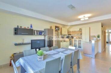 agence immobiliere costa brava: appartement ref.3923, séjour / salle à manger avec cuisine ouverte