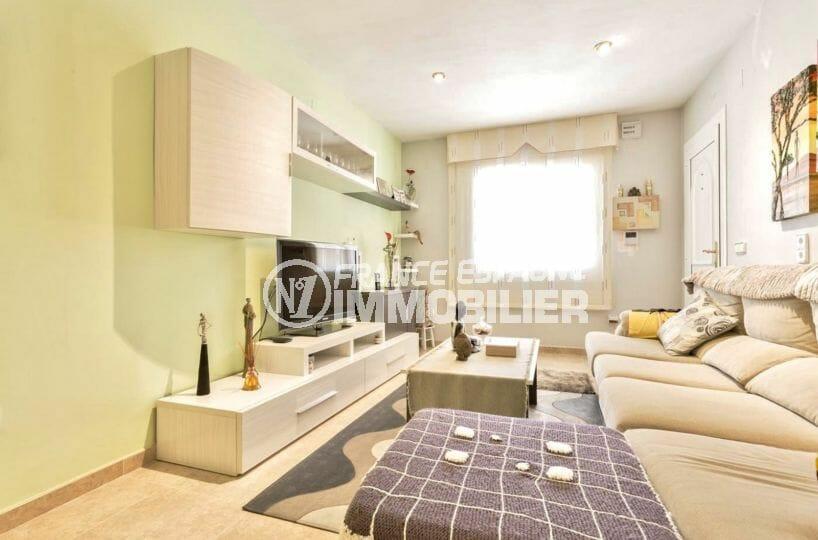agence immobiliere costa brava: villa 110 m², salon / séjour lumineux avec des rangements