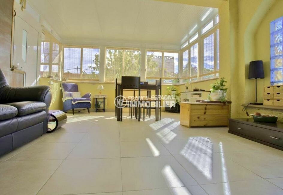 immo roses: villa 67 m², aperçu du salon / séjour lumineux, coin repas