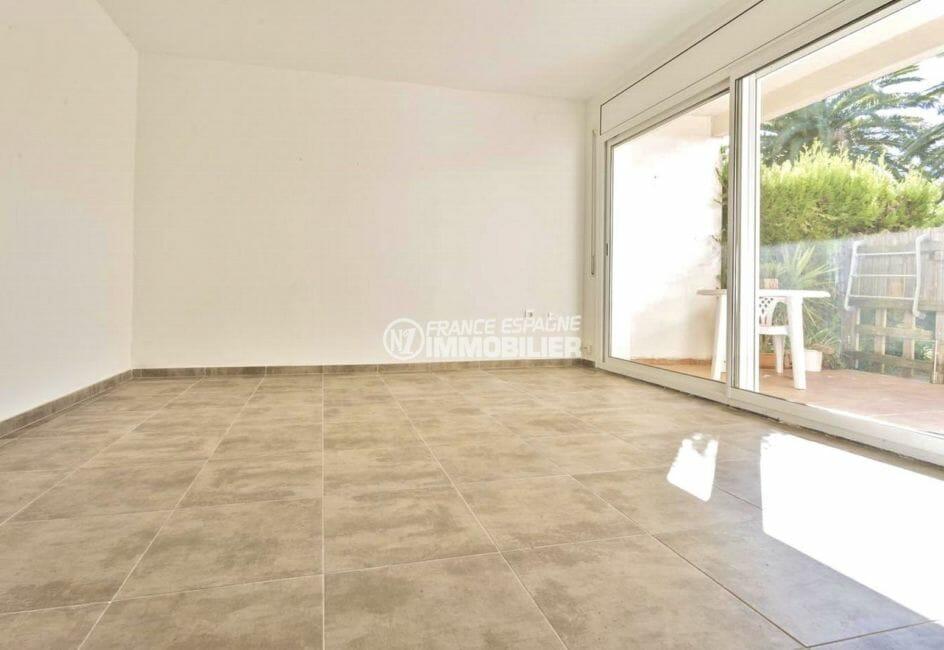 agence immobiliere costa brava: appartement 55 m², salon / séjour avec accès terrasse