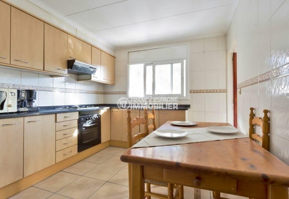 agence immobiliere costa brava: villa 80 m², cuisine indépendante équipée et fonctionnelle