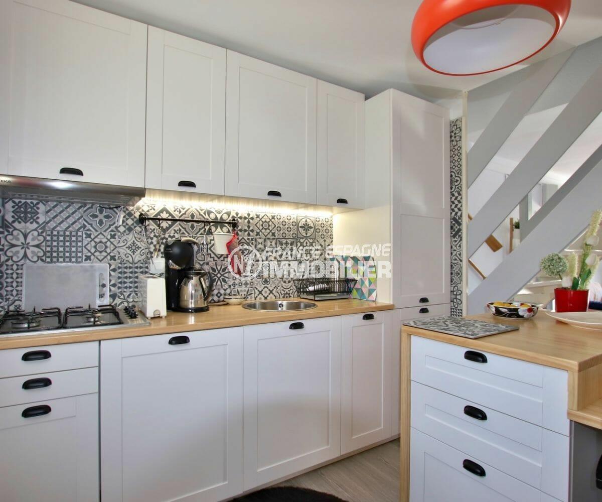 agence immobilière costa brava: villa parking, cuisine américaine aménagée avec rangements