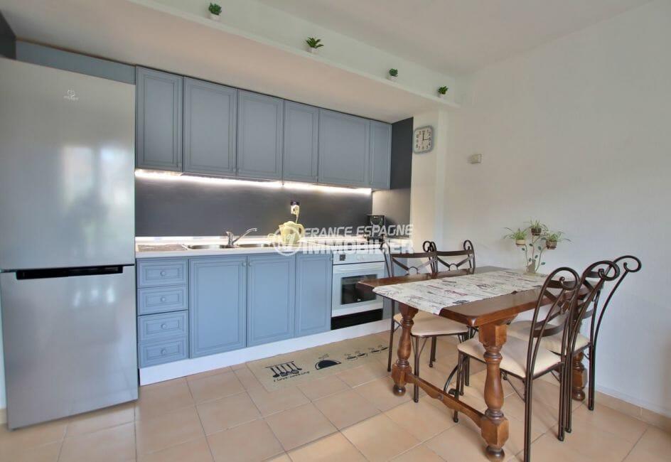 agence immobiliere costa brava: appartement 43 m², cuisine ouverte équipée avec rangements