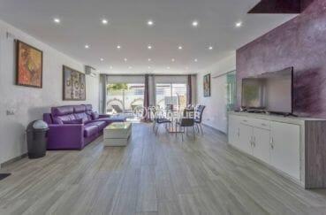 maison a vendre a empuriabrava, proche plage, salon / séjour avec rangements accès jardin