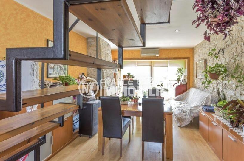 immo roses: villa 72 m², vue sur le salon / séjour avec joli escalier