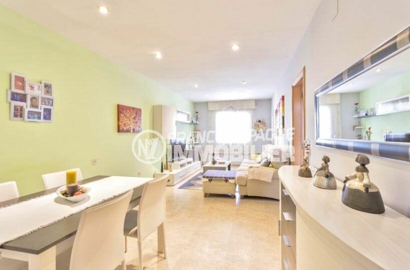 agence immobilière costa brava: villa 110 m², salon / séjour avec coin repas et rangements