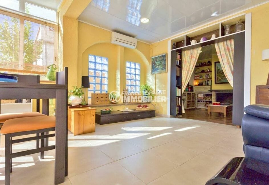 maison a vendre rosas, proche commerces, espace spacieux salon / séjour