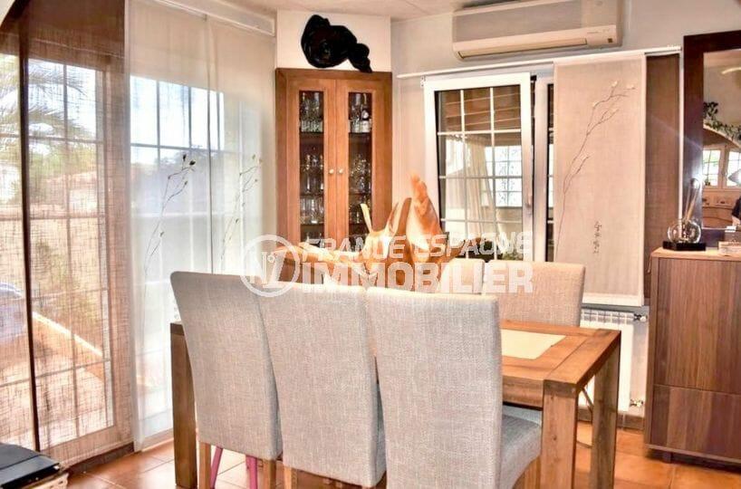 agence immobilière costa brava: villa 107 m², séjour avec coin repas accès terrasse