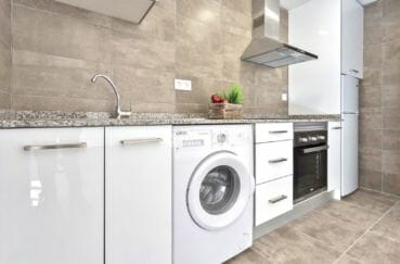 agence immobilière costa brava: appartement 55 m², cuisine américaine équipée avec rangements