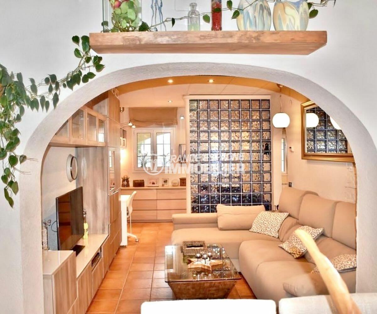 immo empuriabrava: villa 107 m², salon / séjour avec beaux volumes accès terrasse