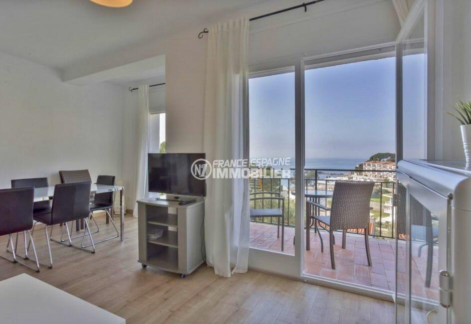 immo roses: appartement 73 m², salon / séjour accès terrasse vue mer