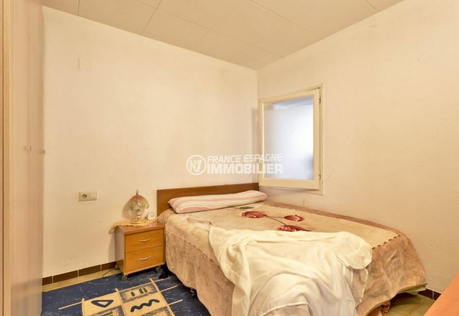 agence immobilière costa brava: villa 80 m², première chambre avec lit double et placards