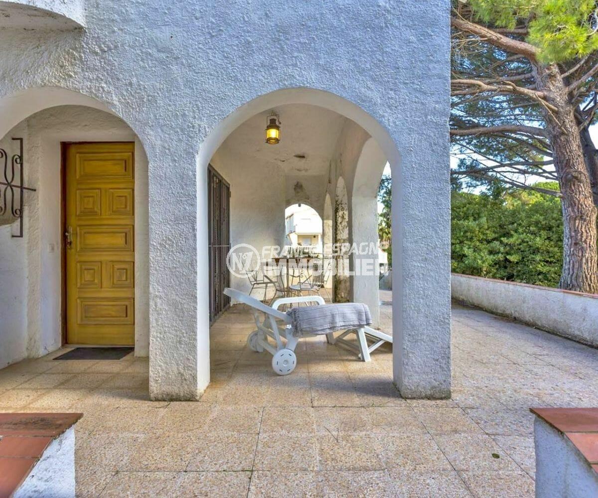 agence immobilière costa brava: villa 160 m², vue sur la porte d'entrée et la terrasse couverte