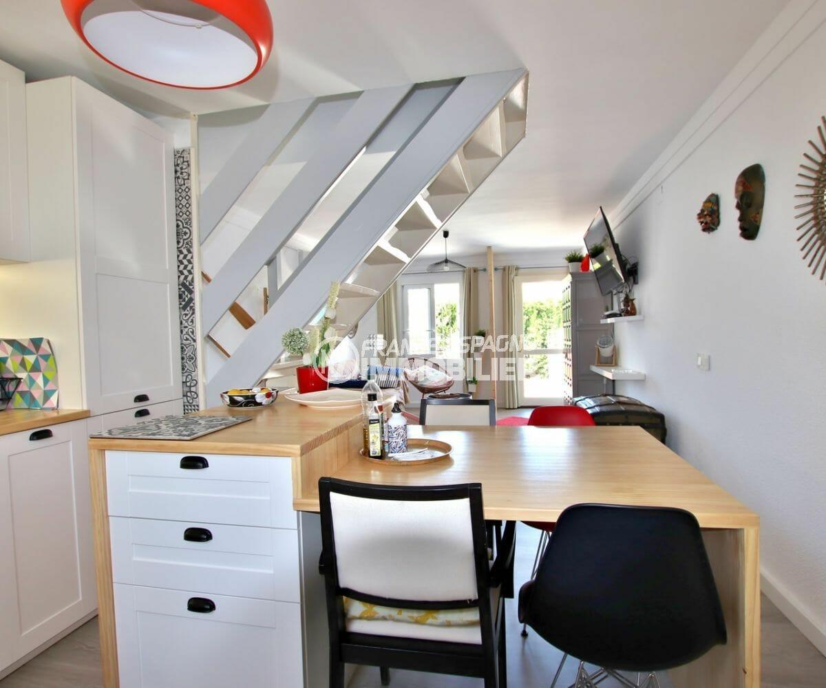 immo empuriabrava: villa bon investissement, cuisine avec coin repas vue sur l'escalier