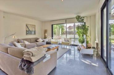 immo roses: villa 287 m², salon / séjour lumineux avec deux canapés accès terrasse