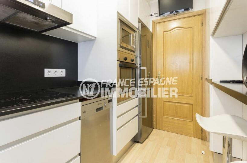 agence immobiliere costa brava: appartement proche plage, cuisine indépendante avec rangements
