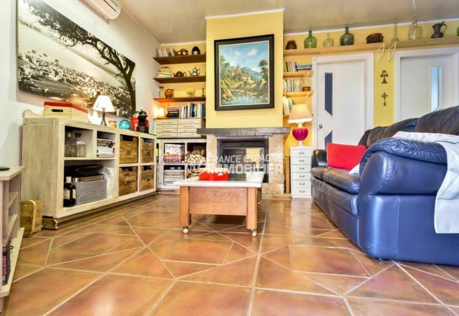 agence immobilière roses: villa  67 m², aperçu du salon avec belle cheminée
