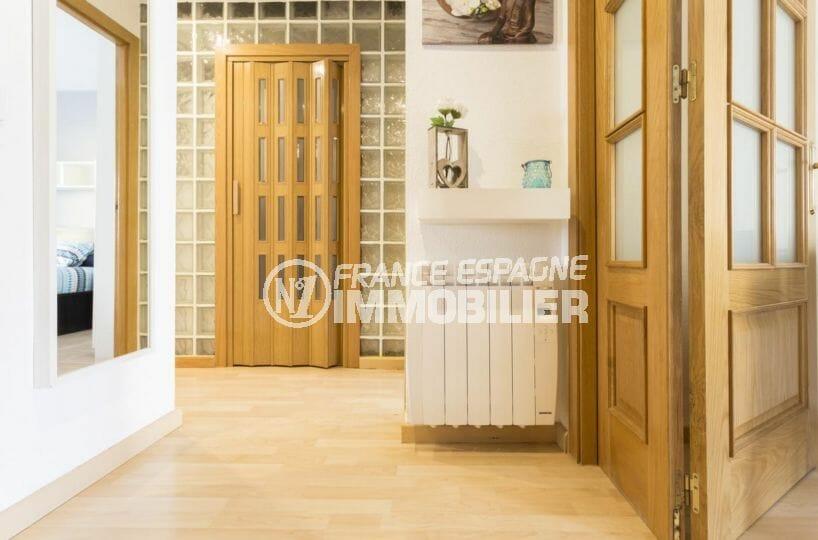 agence immobilière costa brava: appartement rénové, couloir qui dessert les autres pièces
