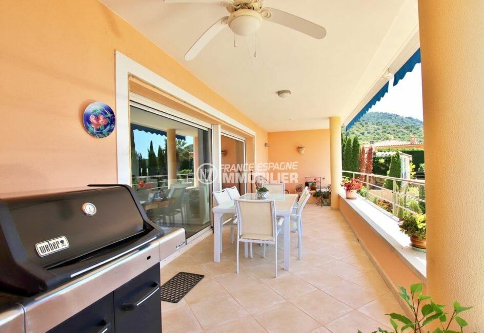 agence immobiliere palau saverdera: villa 300 m² - terrasse vue mer avec grande baie vitrée sur le séjour