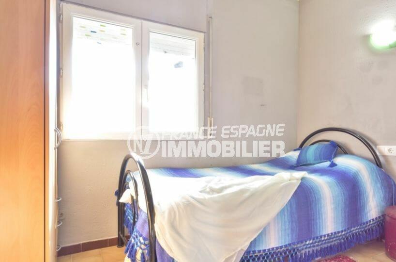 immo empuriabrava: villa 80 m², deuxième chambre avec un lit simple et rangements