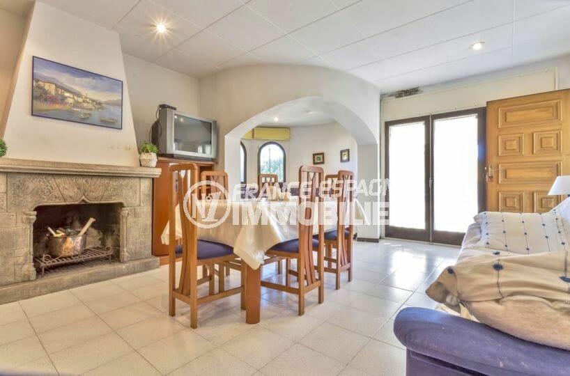 immo empuriabrava: villa proche plage, salon / séjour avec une belle cheminée en pierres