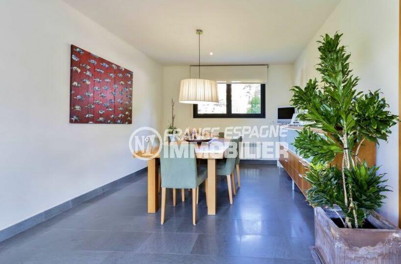 agence immobilière roses: villa piscine, séjour avec espace repas grand table