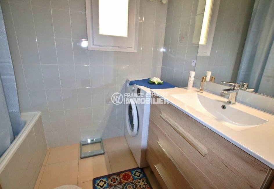 roses espagne: appartement 43 m², salle de bains avec baignoire, vasque et wc