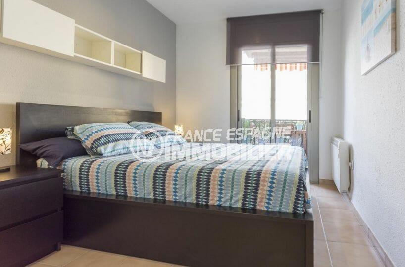 roses espagne: appartement 64 m², première chambre avec lit double accès terrasse