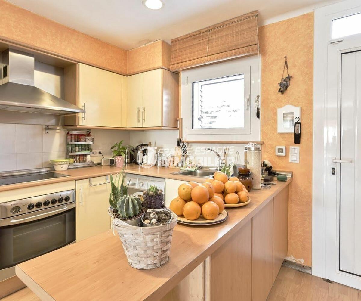roses espagne: villa 72 m², cuisine aménagée avec rangements ouverte sur le séjour / salon