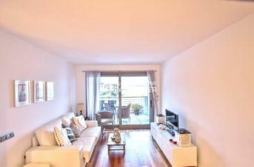agence immobilière roses: appartement piscine, salon / séjour avec canapé et rangements