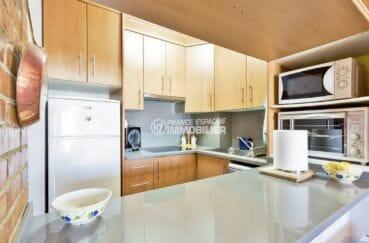 agence immobilière costa brava: appartement 72 m², cuisine américaine équipée avec rangements