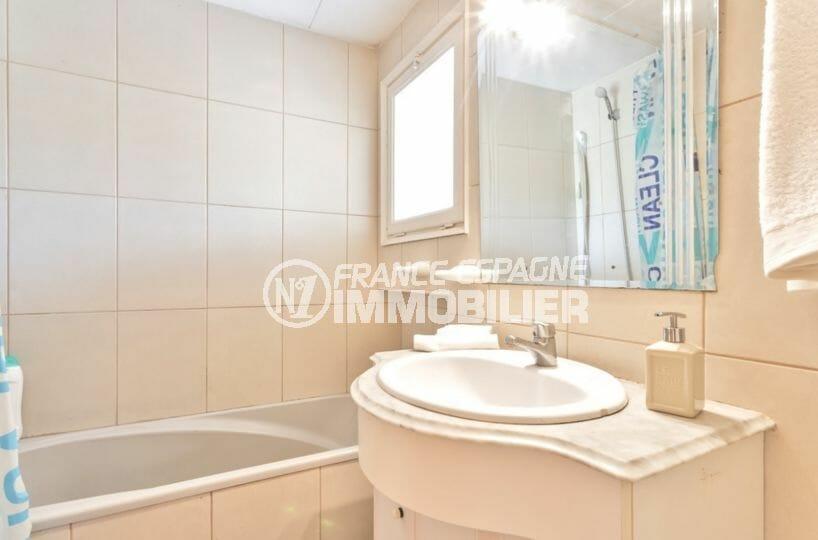maison a vendre espagne, terrain piscinable, salle de bains avec baignoire, vasque et wc