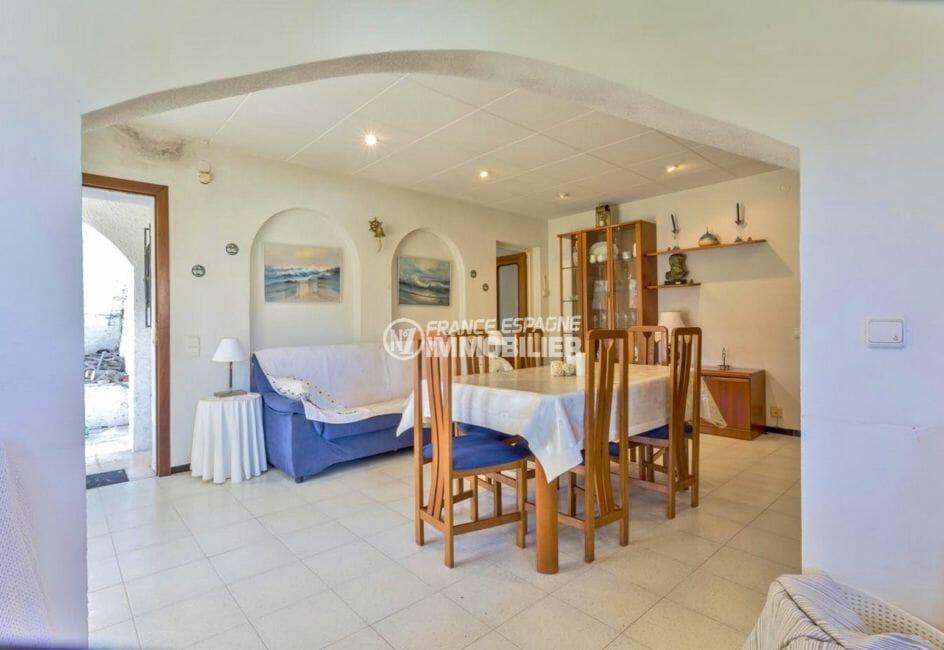 maison à vendre empuriabrava, amarre, vue sur la porte d'entrée et le salon