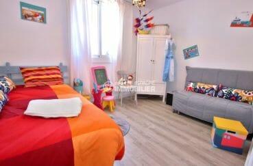 maison a vendre a empuriabrava, proche plage, deuxième chambre avec lit simple et canapé