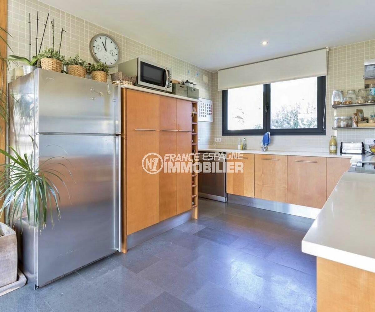 roses espagne: villa 287 m², cuisine aménagée et équipée avec rangements