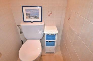 agence immobilière roses: appartement centre-ville, wc indépendant avec rangements