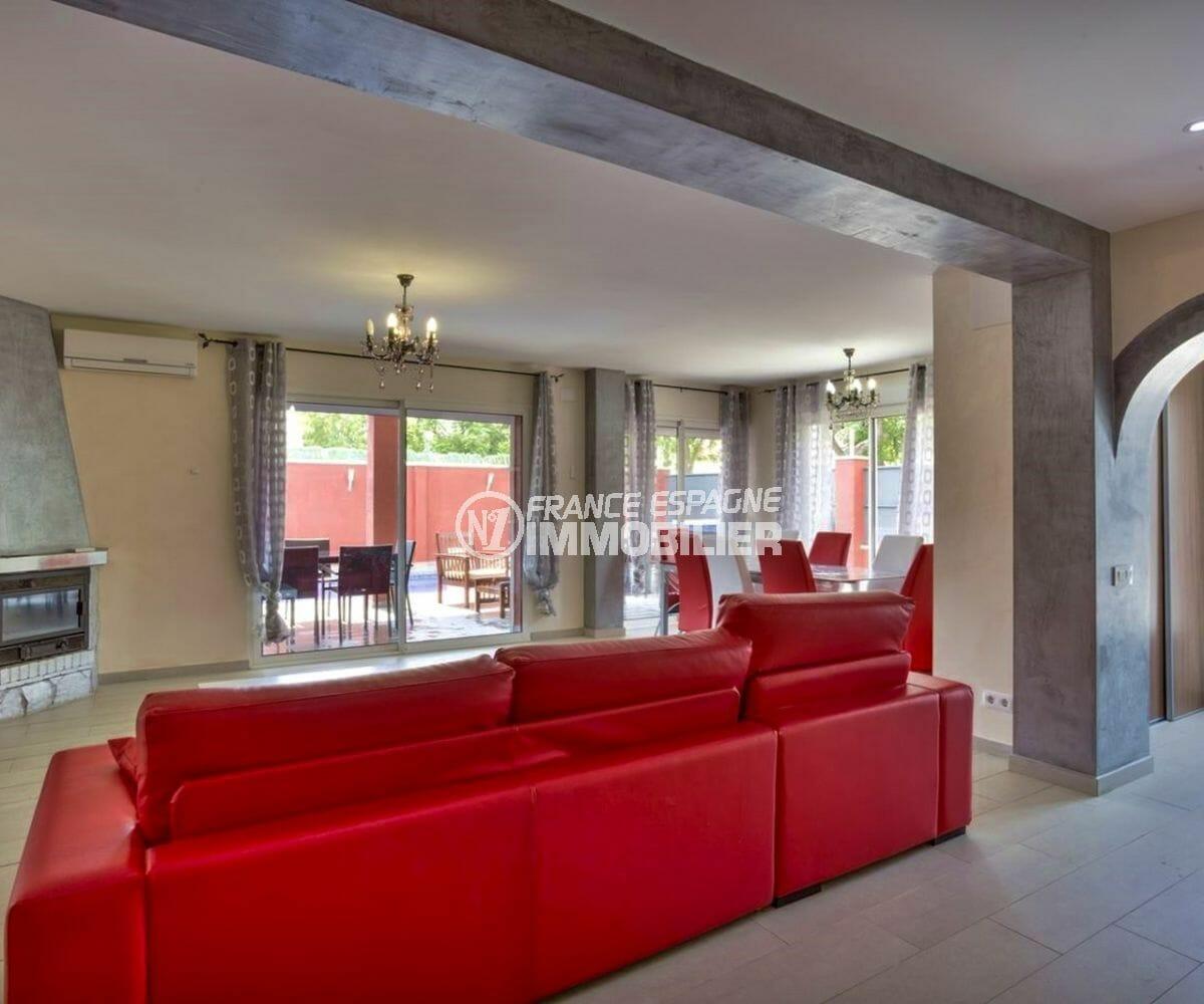 maison a vendre espagne, empuriabrava, salon / séjour spacieux avec une cheminée
