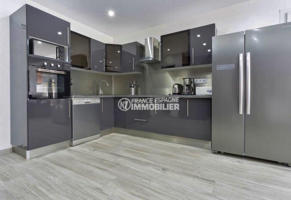 agence immobiliere francaise empuriabrava: villa 150 m², cuisine américaine équipée avec rangements