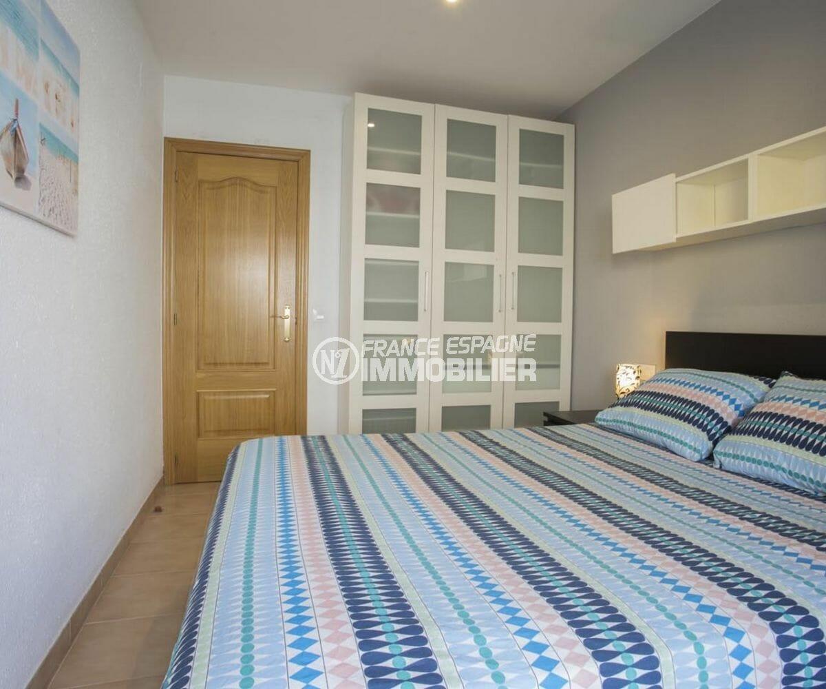 agence immobilière roses: appartement 64 m², première chambre avec dressing