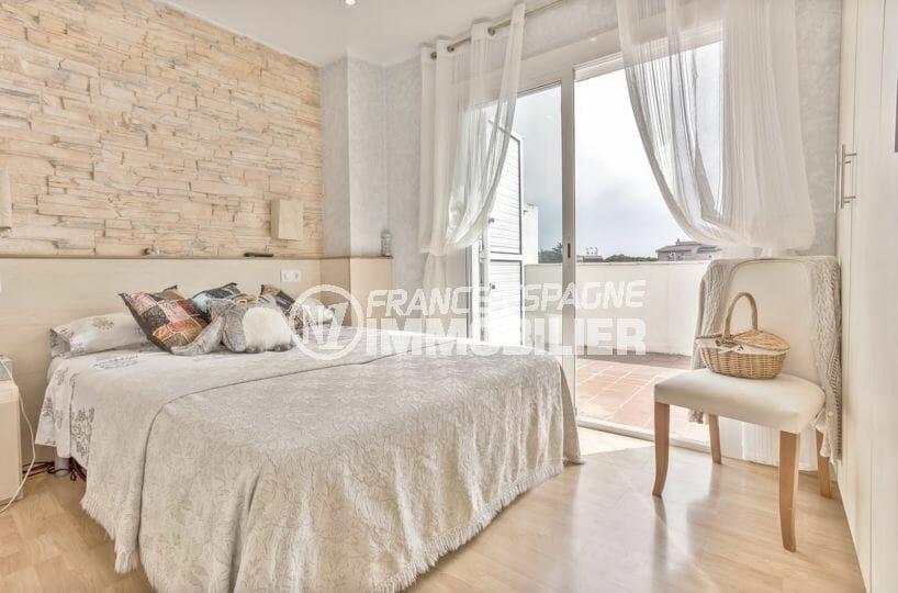 agence immobilière roses: villa piscine, première chambre lumineuse avec accès terrasse