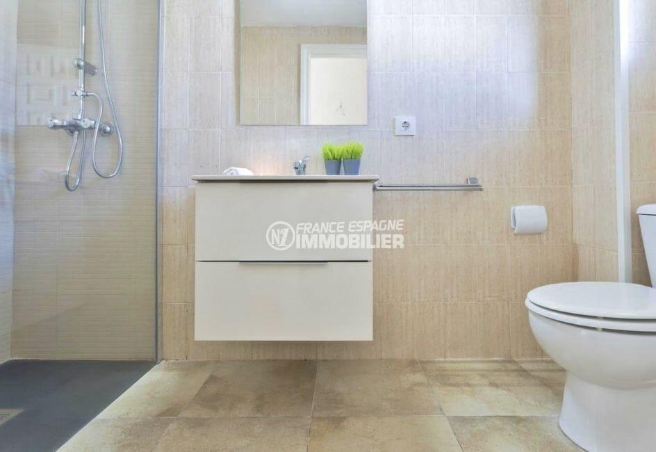 acheter appartement empuriabrava, proche plage, salle d'eau avec douche, vasque et wc