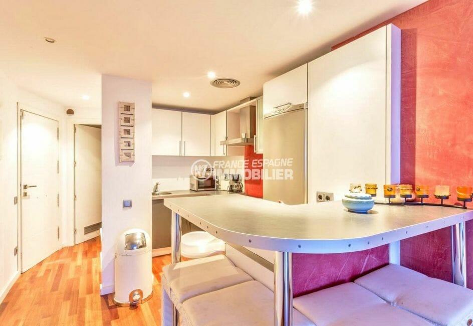 achat appartement rosas, piscine, cuisine aménagée ouverte sur le salon / séjour