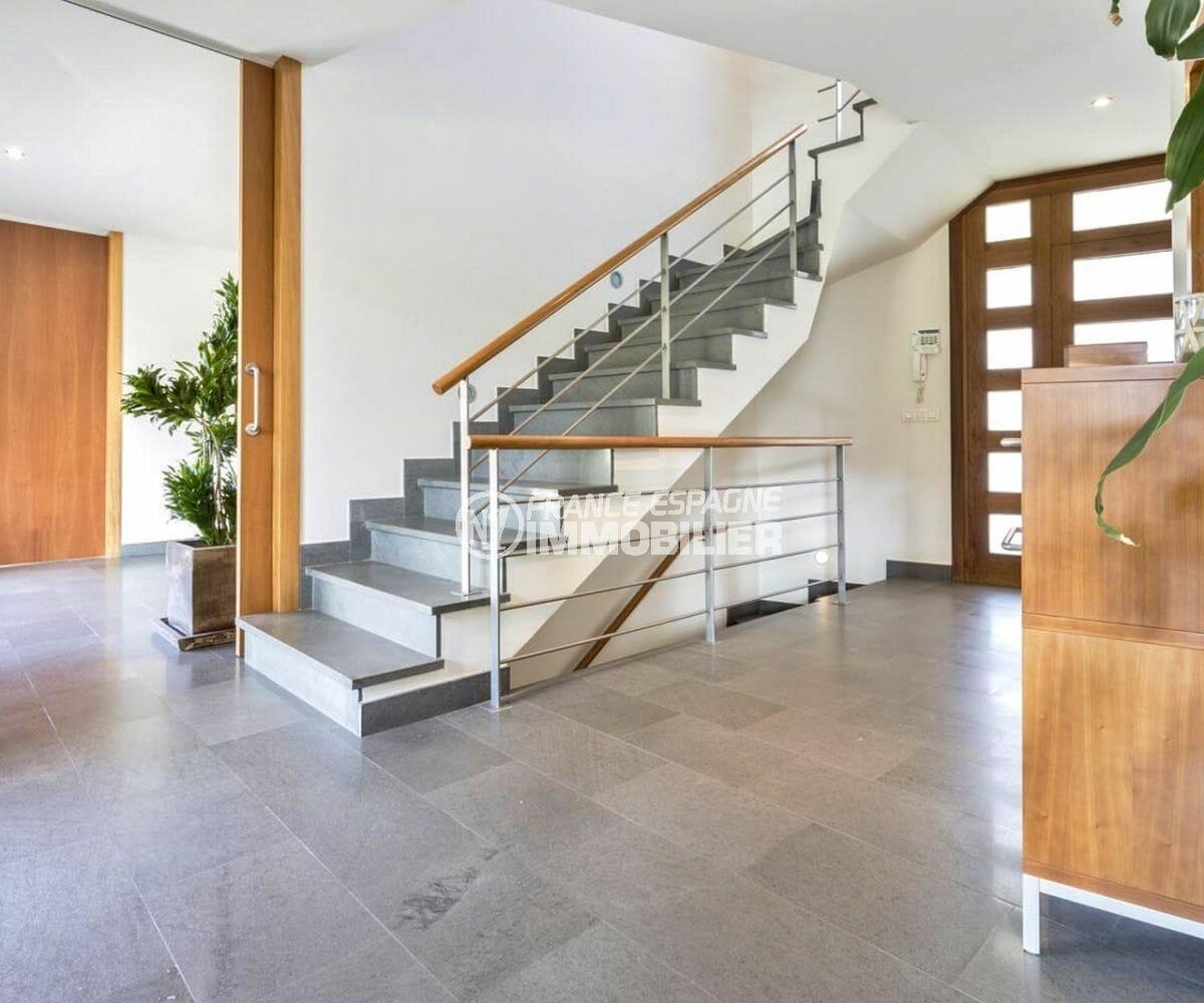 maison a vendre a rosas, secteur prisé, hall d'entrée avec escalier