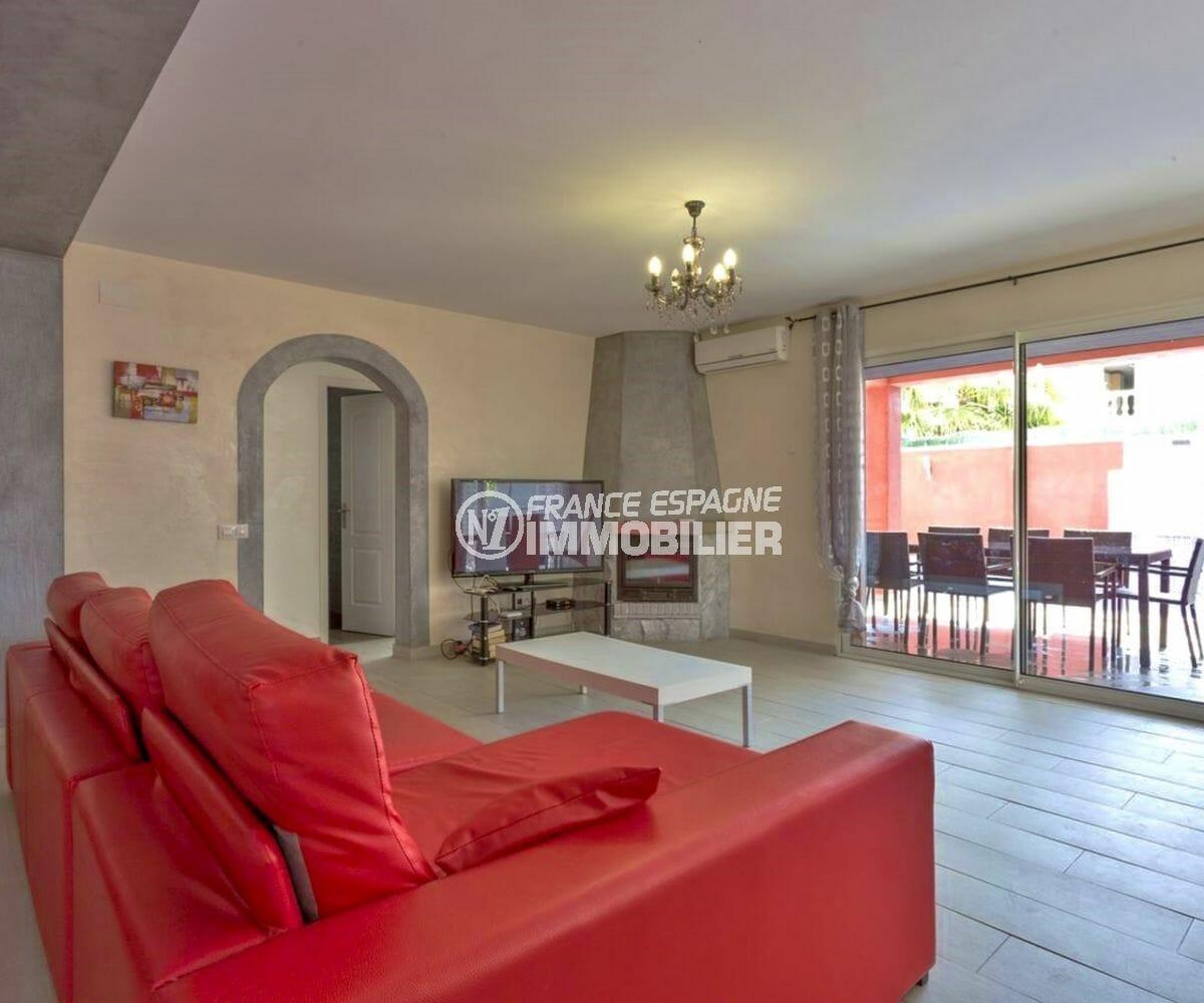 agence empuriabrava: villa 149 m², vue sur la terrasse coin repas depuis le salon