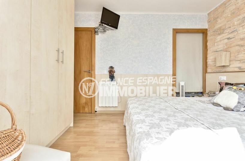 costa brava immobilier, proche plage, première chambre avec lit double et placards