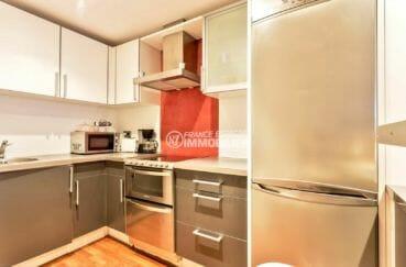 appartement a vendre a rosas, front de mer, cuisine équipée avec des rangements