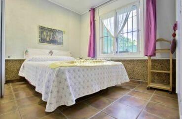 rosas immobilier: villa 67 m², première chambre avec lit double avec des placards