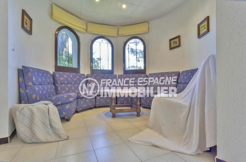 acheter maison empuriabrava, proche plage, salon arrondi avec grand canapé