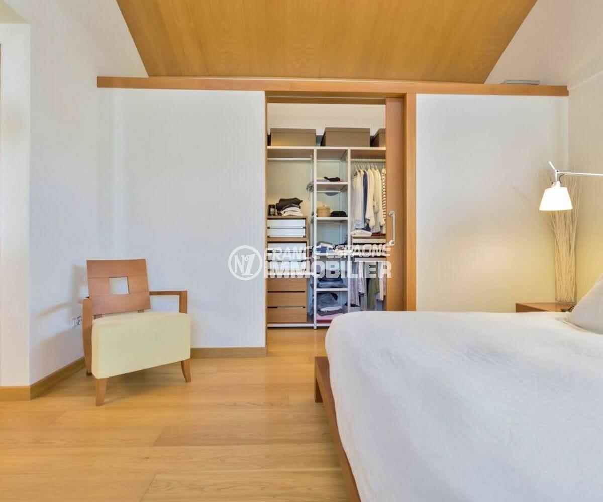 rosas immo: villa 287 m², suite parentale avec dressing et salle de bains attenante